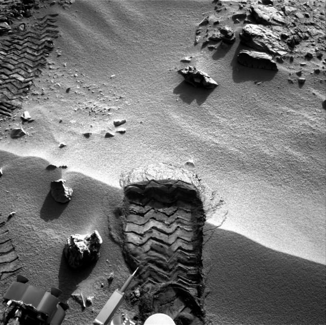 curiosity-navcam-rocknest-soil-scuffmark-640x638